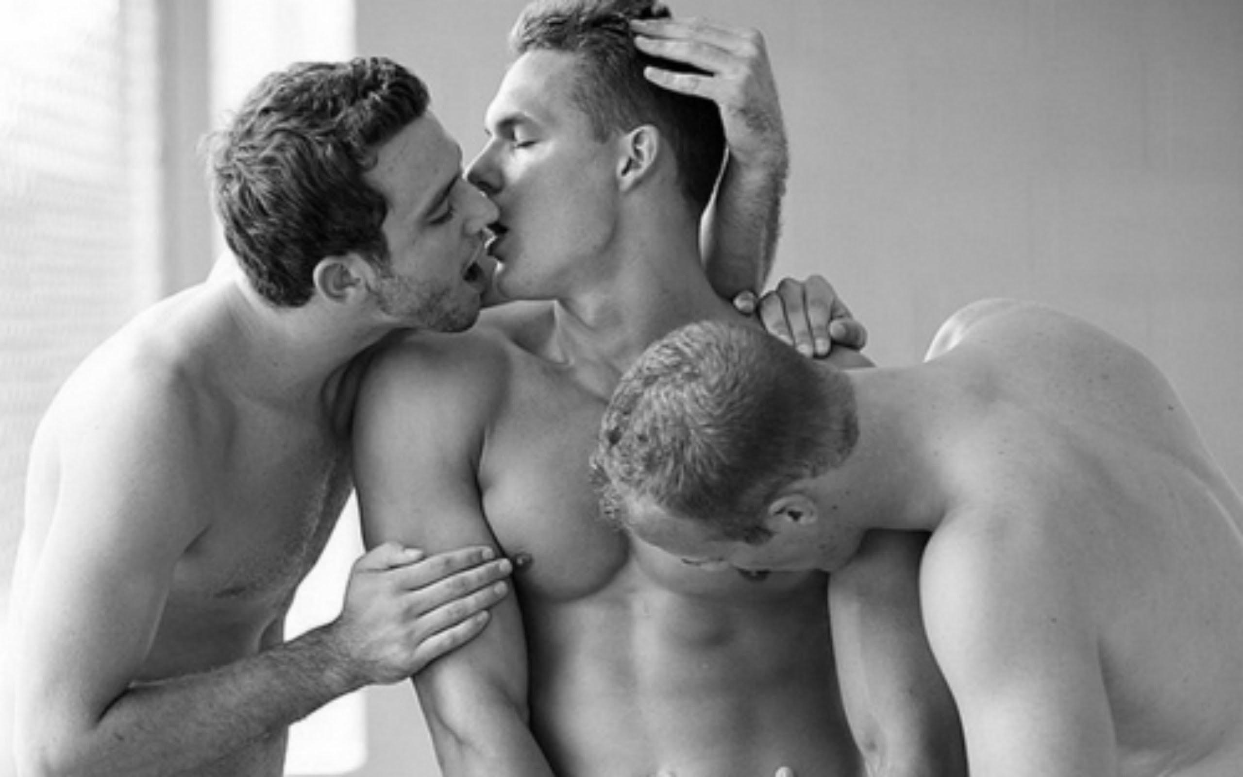 Нежный поцелуй геев