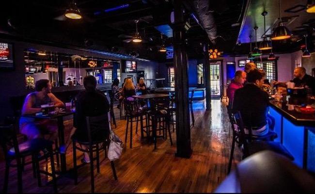 Une mère appelle un bar gay pour avoir des conseils après le